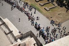 Вид с воздуха туристов queuing для Колизея стоковая фотография rf