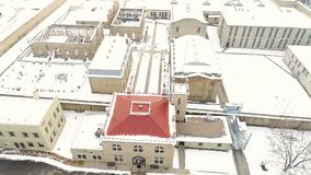 Вид с воздуха тюрьмы положения Айдахо старой в зиме с снегом сток-видео