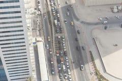 Вид с воздуха улицы города Дубай с автомобилями стоковая фотография