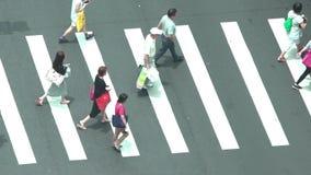 Вид с воздуха улицы с движением и людей идя в город Тайбэя taiwan акции видеоматериалы