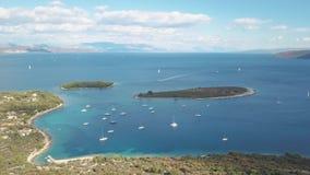 Вид с воздуха уютного среднеземноморского острова море адриатического голубого рая лагуны korcula острова назначения Хорватии поп видеоматериал