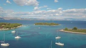 Вид с воздуха уютного среднеземноморского острова море адриатического голубого рая лагуны korcula острова назначения Хорватии поп сток-видео
