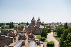 Вид с воздуха царственного суда показывая церковь St пятницы в Targoviste, Dambovita, Румынии Стоковые Изображения RF