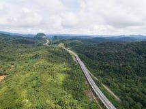 Вид с воздуха центрального шоссе расположенного в lipis kuala, pahang CSR дороги позвоночника, Малайзии стоковое изображение