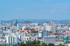 Вид с воздуха центра города Паттайя, Таиланда Город туризма в Азии Гостиницы и жилые дома с голубым небом в полдень стоковые фотографии rf