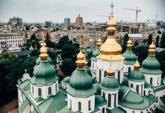 вид с воздуха церков Киева Pechersk Lavra против красивого стоковое изображение