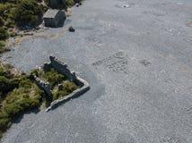 Вид с воздуха черного каменного пляжа, Nonza, геометрических дизайнов сделанных с камнями Стоковая Фотография