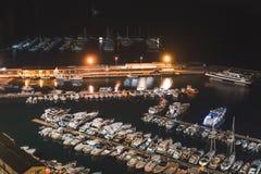 Вид с воздуха шлюпок и красивого города вечером в Сорренто, Италии Изумляя ландшафт со шлюпками в заливе Марины, море, светах гор стоковая фотография rf