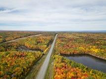 Вид с воздуха шоссе в красивом канадском ландшафте стоковые фотографии rf
