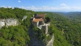 Вид с воздуха штендера Katskhi с старой церковью на верхней части в Chiatura, Georgia видеоматериал