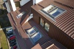 Вид с воздуха экстерьера комнаты дополнения с пластиковыми окнами, крышей и стенами чердака покрытыми с планками коричневого мета стоковое фото rf
