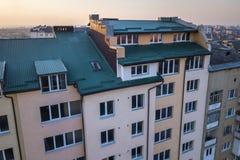 Вид с воздуха экстерьера комнаты дополнения чердака с пластиковыми окнами, крышей и стенами покрытыми с планками зеленого металла стоковое фото rf