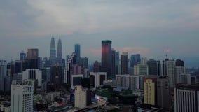 Вид с воздуха Beaeutiful вечером горизонта Куалаа-Лумпур от взгляда сверху акции видеоматериалы