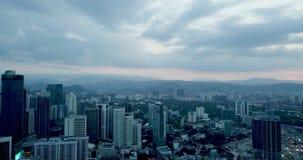 Вид с воздуха Beaeutiful вечером горизонта Куалаа-Лумпур от взгляда сверху сток-видео