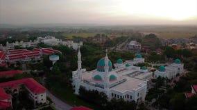 Вид с воздуха Beaeutiful мечети al-Bukhary в Kedah Малайзии от взгляда сверху видеоматериал