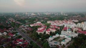Вид с воздуха Beaeutiful мечети al-Bukhary в Kedah Малайзии от взгляда сверху сток-видео