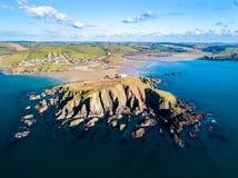 Вид с воздуха Bigbury на море в Девоне, Великобритании стоковые фотографии rf