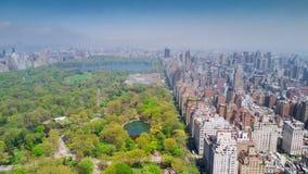 Вид с воздуха Central Park, верхних востока и западной стороны Манхаттана и центра города Манхаттана, Нью-Йорка, США видеоматериал