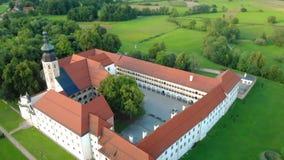 Вид с воздуха Cistercian na Krki Kostanjevica монастыря, домашнего назначенного как замок Kostanjevica, Словения видеоматериал
