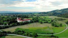 Вид с воздуха Cistercian na Krki Kostanjevica монастыря, домашнего назначенного как замок Kostanjevica, Словения сток-видео
