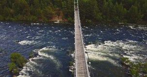 Вид с воздуха Footbridge над грубым рекой Стоковое Изображение