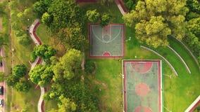 Вид с воздуха Futsal и баскетбольной площадки акции видеоматериалы