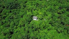 Вид с воздуха hermitic дома стоя врозь в remote изолировал положение среди тропического леса видеоматериал