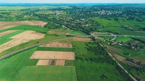 вид с воздуха 4K нового жилого массива развития строения и широких красочных полей вокруг его