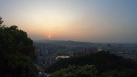вид с воздуха 4K Timelapsed автодорожного моста захода солнца с автомобилями Тайбэем движения сток-видео