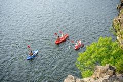 Вид с воздуха Kayakers на красивых реке или озере Стоковая Фотография RF