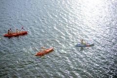 Вид с воздуха Kayakers на красивых реке или озере Стоковое фото RF
