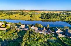 Вид с воздуха Maloe Gorodkovo, типичной деревни на центральном русском нагорье, зоны Курска России стоковое фото