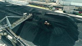 Вид с воздуха moving бульдозера на верхней части кучи угля электростанции акции видеоматериалы