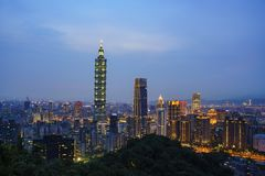 Вид с воздуха nightscape Тайбэя 101 и района Xinyi стоковое изображение