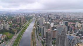 Вид с воздуха Octavio Frias de Oliveira Моста, ориентира в Сан-Паулу, самого большого города в Бразилии видеоматериал