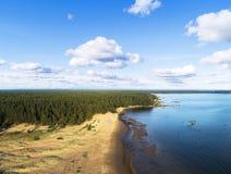 Вид с воздуха seashore с пляжем, лагунами Береговая линия с песком и водой Ландшафт воздушное strandja съемки горы Болгарии birdl стоковое изображение