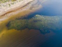 Вид с воздуха seashore с пляжем, лагунами и коралловыми рифами Береговая линия с песком и водой ландшафт тропический воздушное st стоковые фотографии rf