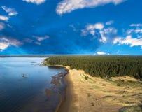 Вид с воздуха seashore с пляжем, лагунами и коралловыми рифами Береговая линия с песком и водой ландшафт тропический воздушное st стоковая фотография rf