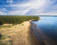 Вид с воздуха seashore с пляжем, лагунами и коралловыми рифами Береговая линия с песком и водой ландшафт тропический воздушное st стоковая фотография