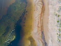 Вид с воздуха seashore с пляжем, лагунами и коралловыми рифами Береговая линия с песком и водой ландшафт тропический воздушное st стоковые фото