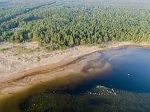 Вид с воздуха seashore с пляжем, лагунами и коралловыми рифами Береговая линия с песком и водой ландшафт тропический воздушное st стоковое изображение rf