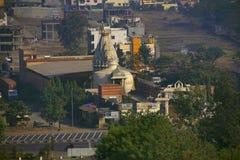 Вид с воздуха Shree Shankheshwar Parshnath Tirth - Jain виска Kalash, площади пошлины Somatane, Talwade, Пуны стоковые фото