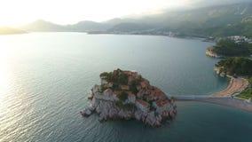 Вид с воздуха Sveti Stefan, небольшого островка и курорта в Черногории сток-видео