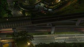 Вид с воздуха Timelapse следа дороги и поезда города вечером, Малайзия, k видеоматериал