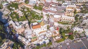 Вид с воздуха touristic города, гор и пляжа, гостиниц и ресторанов, зданий, путешествий дела, праздников моря, стоковая фотография rf