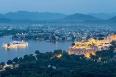Вид с воздуха udaipur в Раджастхане на ноче стоковое фото