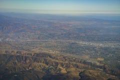Вид с воздуха Yorba Linda, взгляд от сиденья у окна в самолете Стоковая Фотография
