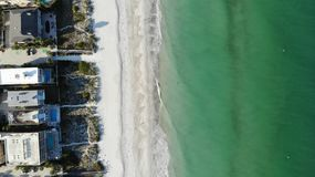 Вид с птичьего полета открытого моря ясности Флориды, трутень песчаных пляжей ¹ ¬â€ 'â⠹ ¬â€ 'ââ города на виде с воздуха пляж стоковые фото