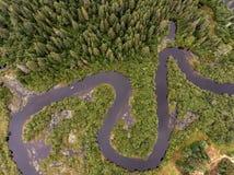Вид с птичьего полета реки шлюпки каное одичалого каяка взгляда Канады леса aearial сплавляться canoeing veins сосна матушка-прир стоковое изображение rf