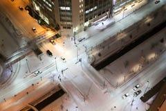 Вид с птичьего полета снежного пересечения движения на ноче Стоковое Изображение RF